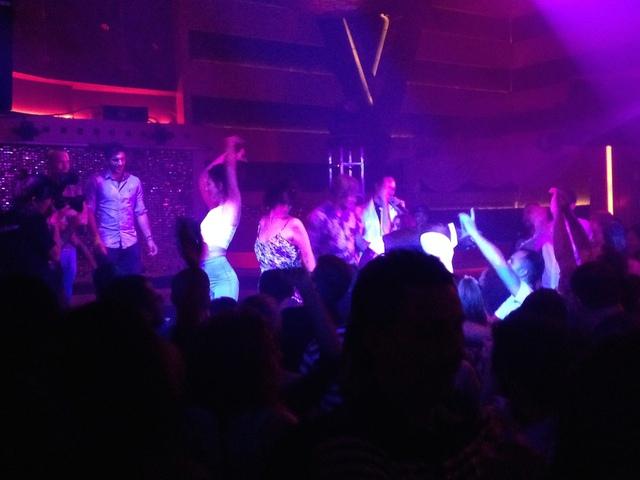 前では、気分良くなりすぎた人達がステージで踊り倒しています(゜o゜ 笑 こういう事できるの良いな〜 6cf1ba9de44
